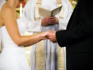 Młoda para bierze ślub kościelny.