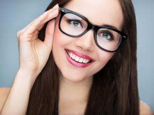 Okulary wpływają na to, jak widzą nas inni – zwłaszcza w pracy. To badania, nie stereotypy