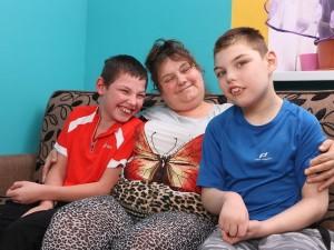 Oto wyjątkowa babcia! Zabrała chore wnuki z domu dziecka i podporządkowała im życie