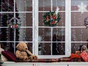 Ozdobione świątecznie okna sprawiają, że dom nabiera niecodziennego charakteru. Pomysłów może być mnóstwo