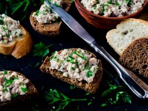 Pasty kanapkowe nie muszą być nudne! Sprawdź 5 pomysłów na pastę z makreli, którą przygotujesz w niecałe 10 minut!