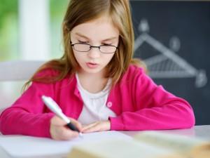 Pediatrzy biją na alarm! Przez korzystanie z telefonów i tabletów, dzieci mają problem z... trzymaniem długopisu!