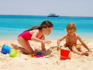 Piasek, morze i goła pupa, czyli dziecko na plaży