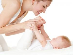 Pierwsze pół roku dziecka – jak bawić się z niemowlęciem?