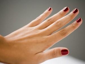 Plamy na dłoniach – jak je usunąć?