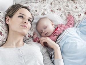 Posiadanie dzieci oznacza mniej snu dla kobiet, ale nie dla mężczyzn. Zaskoczone?