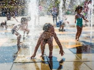 Pozwalasz dziecku na zabawę w miejskiej fontannie? Musisz to zobaczyć!