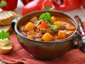 Przepis Magdy Gessler na aromatyczną zupę gulaszową