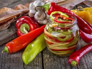 Przetwory idealne na zimowe obiady - sprawdź przepisy na paprykę konserwową