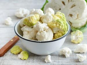 Przygotuj sałatkę z kalafiorem! Ugotuj na parze lub podaj z surowym warzywem!