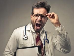 Są opryskliwi, niemili i traktują nas przedmiotowo… Czy polskim lekarzom brakuje empatii?