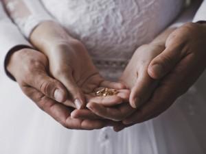 Ślubny prezent, czyli ile włożyć do koperty?