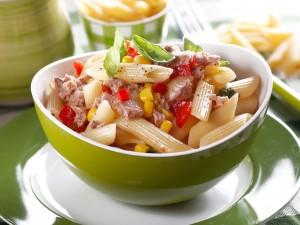 sałatka makaronowa z tuńczykiem i kukurydzą