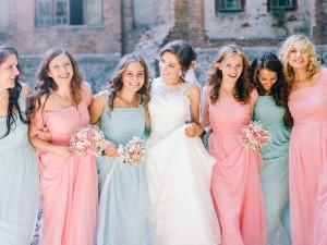 Szukasz sukienki na wesele? Zobacz, jak się ubrać, a czego lepiej unikać!