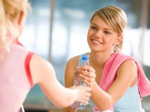 Tą chorobą możemy się zarazić poprzez pocałunki lub picie z jednej butelki. Jej objawy przypominają anginę