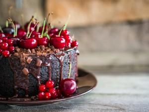 Teraz jest czas na najlepsze torty czekoladowe z wiśniami! Zobacz, czym przełożyć biszkopt!