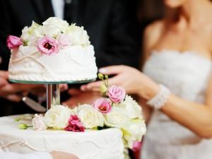 Tort weselny to jeden z najważniejszych elementów wesela! Kiedy się go podaje?