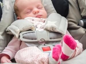 Uważaj, nagła śmierć łóżeczkowa grozi dziecku także w foteliku samochodowym! Jak zmniejszyć ryzyko śmierci malucha?