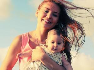 W domu, w aucie i na dworze: jak ochłodzić niemowlę?