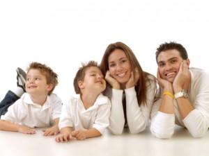 Oczywiście należy włączać dzieci w różne sytuacje rodzinne w miarę ich możliwości.