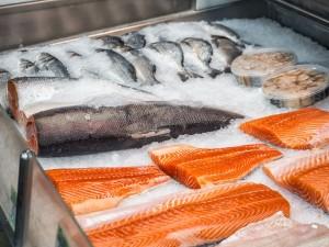 W produktach z łososia z polskiej przetwórni ryb znaleziono groźną bakterię. Są ofiary śmiertelne