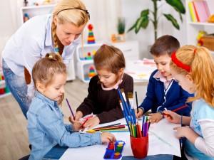 """W przedszkolach publicznych nie ma zajęć wyrównawczych, jest za to religia. A """"ksiądz jest ważniejszy niż dzieci…"""""""
