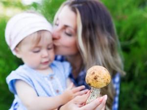 Wbrew powszechnej opinii grzyby są pełne witamin i korzystnie wpływają na zdrowie, a nawet zapobiegają nowotworom. Czy można karmić nimi dzieci?