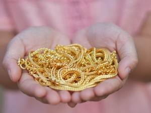 Wiemy jaka pozłacana srebrna biżuteria się nie ściera i jak o nią dbać