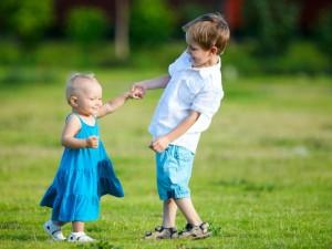 Wiosenny spacer z niemowlakiem