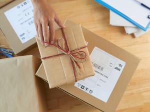 Wygodna alternatywa dla przesyłek kurierskich i pocztowych. Jak korzystać z Paczkomatów?
