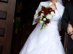 Bardzo kobieca suknia ślubna + ocieplane bolerko