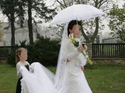 Biała, bajkowa suknia ślubna z podpinanym trenem (koronka + kryształki)