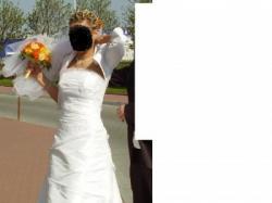 Biała, delikatna suknia ślubna.