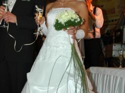 biala dwuczesciowa  suknia slubna z trenem