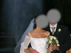 Biała jednczęściowa suknia ślubna z rozszerzanym rękawem