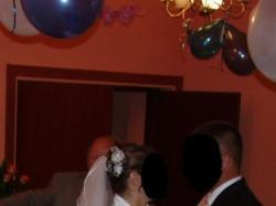 biała jednoczęściowa suknia ślubna