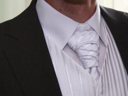 Biała kamizelka z musznikiem, obw. w klatce 100cm