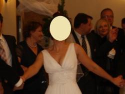 Biała suknia ślubna na ramiączkach