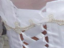 Biała suknia ślubna ze złotymi zdobieniami