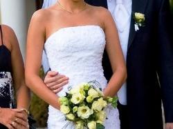 Biała suknia zdobiona koronką i kryształkami Swarovskiego