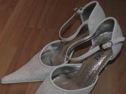 Białe buciki ślubne