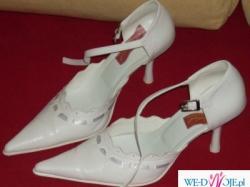 Białe buciki ślubne, eleganckie na szpileczce!
