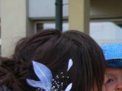biały kwiat do włosów panny młodej