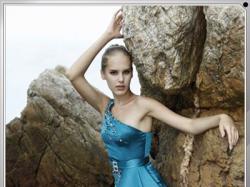 Błękitna, ręcznie zdobiona suknia.