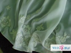 Cudna suknia ślubna z powłóczystym trenem