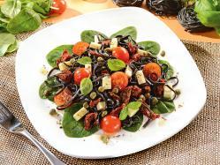Czarny makaron z warzywami