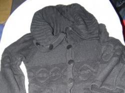 Czarny rozpinany swetr