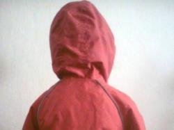 Czerwona kurtka na cieniutkim polarze