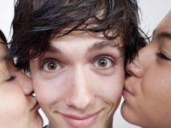 Czy ten facet z tobą flirtuje?<br>Oto 10 oznak!