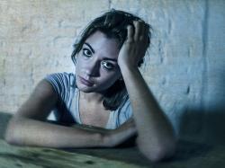 Czy trądzik może wywołać depresję, a depresja – trądzik? O to, co stres i emocje robią z naszą skórą, zapytałyśmy dermatologa